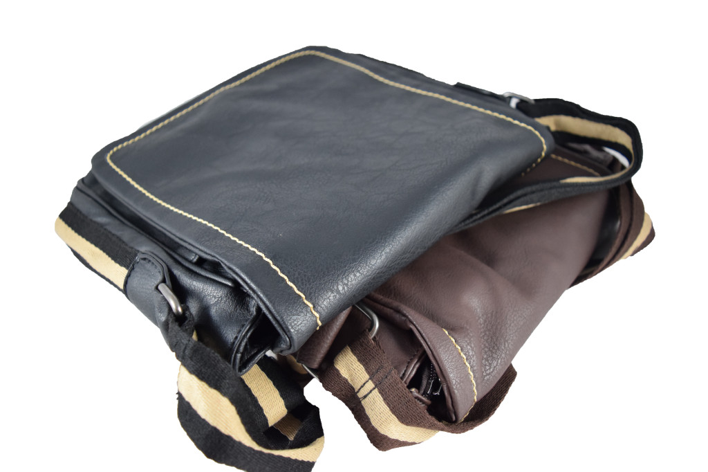 Кафява мъжка чанта от кожа с регулируема дръжка, подходяща за носене през рамо